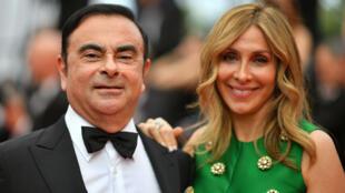 كارلوس غصن إلى جانب زوجته كارول.