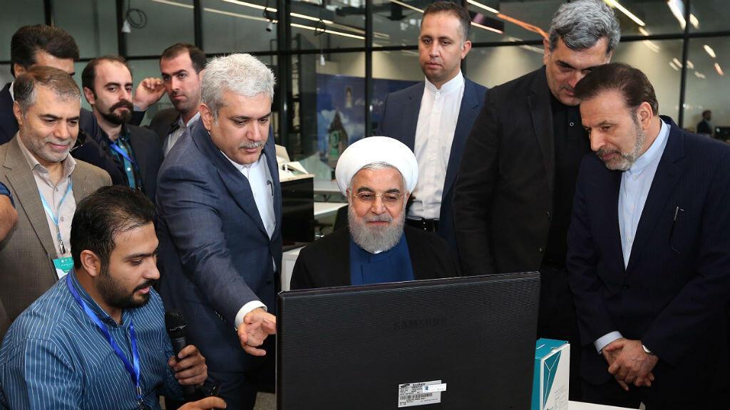 El presidente de Irán, Hassan Rohani, junto a varios trabajadores de la fábrica de Noavari en Teherán, Irán, el 5 de noviembre de 2019.
