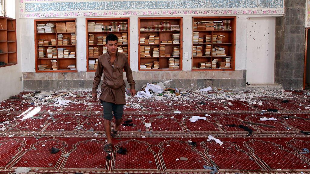 آثار التفجير داخل مسجد بدر جنوبي صنعاء