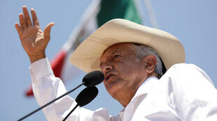 El candidato izquierdista Andrés Manuel López Obrador del Movimiento Nacional de Regeneración (MORENA) se dirige a sus partidarios durante una manifestación de campaña en Zitácuaro, en el estado de Michoacán, México, el 28 de mayo de 2018.