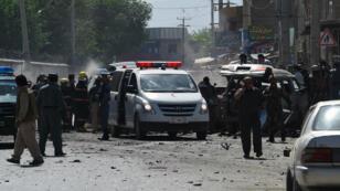 La police afghane sécurise les lieux après une attaque suicide contre un véhicule appartenant à des étrangers à proximité de l'aéroport de Kaboul, le 17 mai 2015.