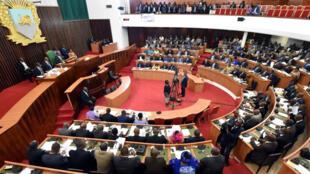 Les députés ivoiriens examinent le texte de la nouvelle Constitution, le 11 octobre, à l'Assemblée nationale, à Abidjan.