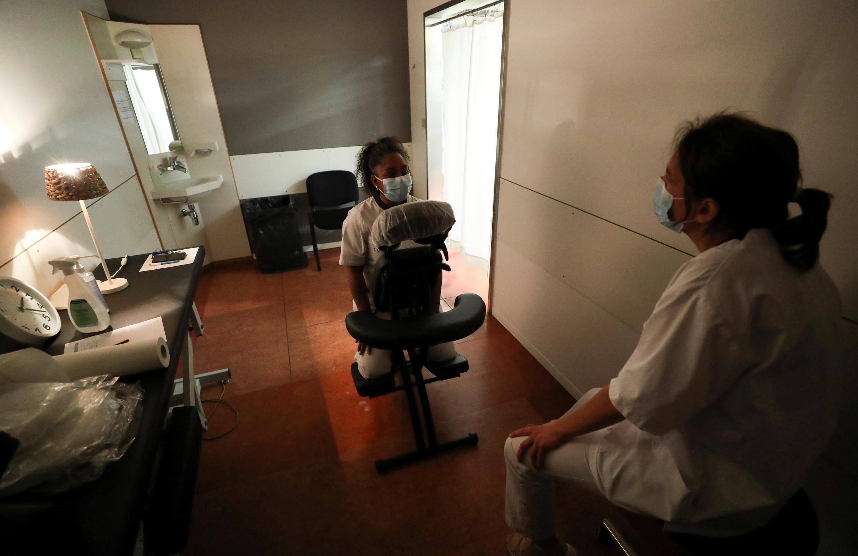 Une psychologue est en consultation avec un membre du personnel soignant au CHU de Liège, en Belgique, le 6 mai 2020.