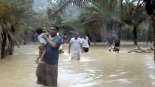 صورة من فيديو يظهر منطقة عائمة بمياه الفيضانات الناجمة عن الإعصار ميكونو في سقطرى اليمنية في 24 أيار/مايو 2018