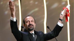 """Le cinéaste iranien Asghar Farhadi, lors de la remise du prix du scénario pour """"Le Client"""", au Festival de Cannes, le 22 mai 2017."""