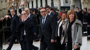 Imagen de archivo. Los miembros destituidos del gabinete catalán caminan hacia el Tribunal Supremo para declarar sobre cargos de rebelión, sedición y mal uso de fondos públicos durante el proceso de independencia catalana. Madrid, España, 2 de noviembre de 2017.