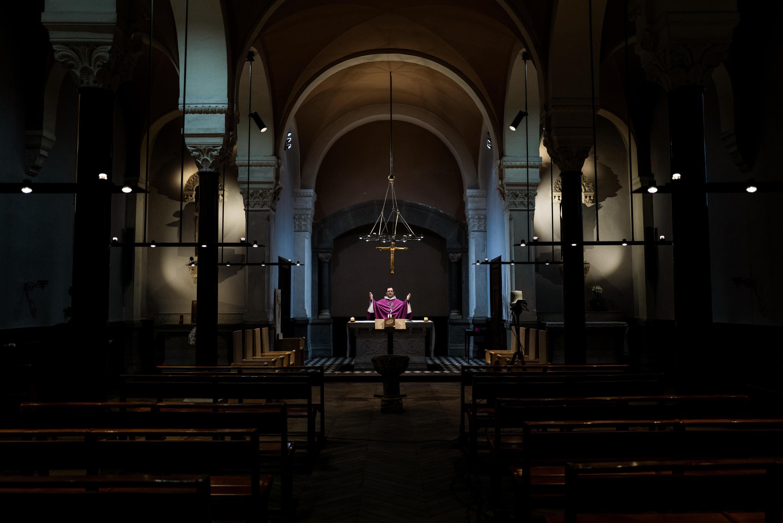 القس إيمانويل جوبيليارد، الأسقف المساعد في مدينة  ليون، يعلن القداس في كنيسة سان إيريني الفارغة، ليون، فرنسا، 24 مارس/ آذار  2020.