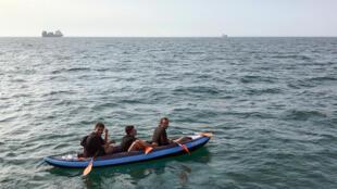 Trois migrants secourus au large de Calais, le 4août2018, alors qu'ils tentaient de rejoindre le Royaume-Uni.