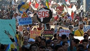 Fade Senna, AFP|Moroccan and international demonstrator shout slogans and hold placards during a demonstration against climate change and calling for environmental action to protect the planet during a protest in Marrakesh on the sidelines of the COP22 climate conference on November 13, 2016.