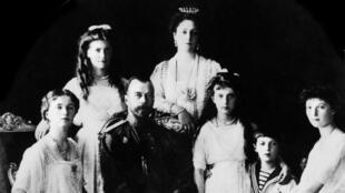 Photo prise en 1917 de la famille impériale russe : la princesse Olga, le tsar Nicolas II, la princesse Anastasia, le tsarevitch Alexeï, la princesse Tatiana, la princesse Maria et la tsarine Alexandra Fedorovna.