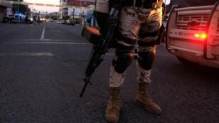 La escena del crimen donde un hombre fue asesinado con arma de fuego en el centro de Tijuana, México, el 21 de abril de 2019.