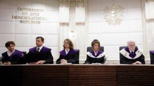 La Cour constitutionnelle autrichienne a invalidé le résultat de la présidentielle remportée par l'écologiste Alexander Van der Bellen, le 22 mai 2016.