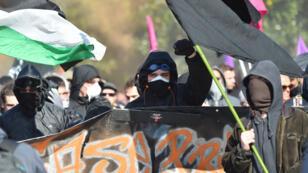 Des individus encagoulés lors d'une manifestation contre la politique d'Emmanuel Macron à Nantes, le 9 octobre 2018.