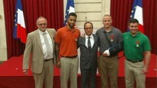 ستون وسادلر وسكارلتوس ونورمان برفقة الرئيس الفرنسي بباريس في 24 آب/أغسطس 2015