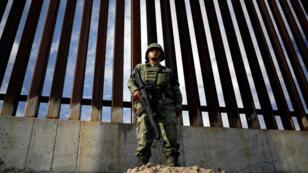 Un soldado de la Guardia Nacional vigila una sección de la valla fronteriza entre México y EE. UU. en Ciudad Juárez, México, el 5 de septiembre de 2019
