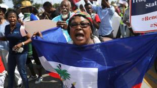 Inmigrantes haitianos participan de una protesta contra una posible cancelación del TPS en Estados Unidos, el 13 de mayo de 2017 en Miami, Florida.