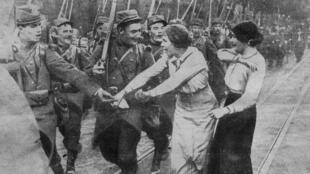 """Une couverture du journal """"Daily Mirror"""" annonçant la mobilisation en France"""