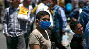 فلسطينيون يضعون الكمامات الواقية من فيروس كورونا المستجد عقب صلاة الجمعة في مدينة رام الله في الضفة الغربية المحتلة في 29 أيار/مايو 2020