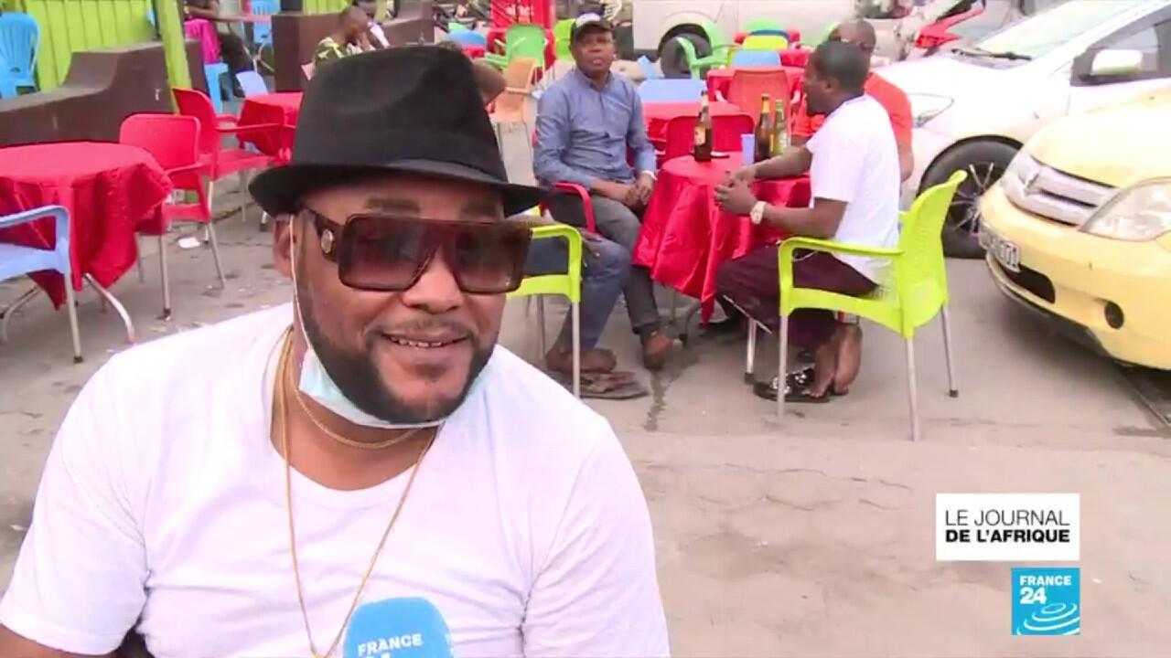 Les habitants du quartier de Bandalungwa à Kinshasa ont pu retrouver les bars et cafés après la levée de l'état d'urgence sanitaire, le 22 juillet 2020.