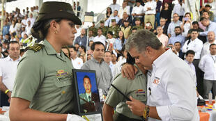 El presidente de Colombia, Iván Duque, abraza a una integrante de la Policía durante un evento realizado en el municipio de Fresno, departamento de Antioquia. 19 de enero de 2019.