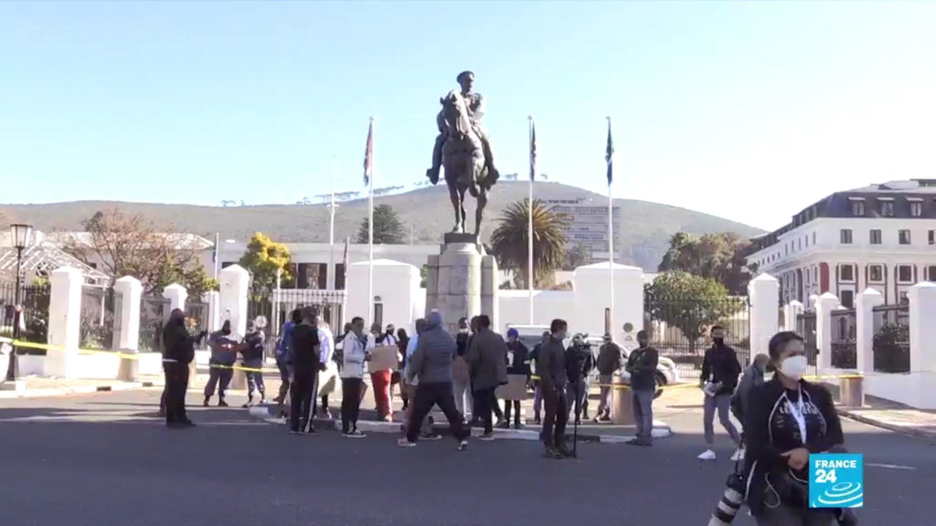 De jeunes Sud-Africains veulent voir disparaître la statue de Louis Botha, au Cap, la capitale parlementaire d'Afrique du Sud.