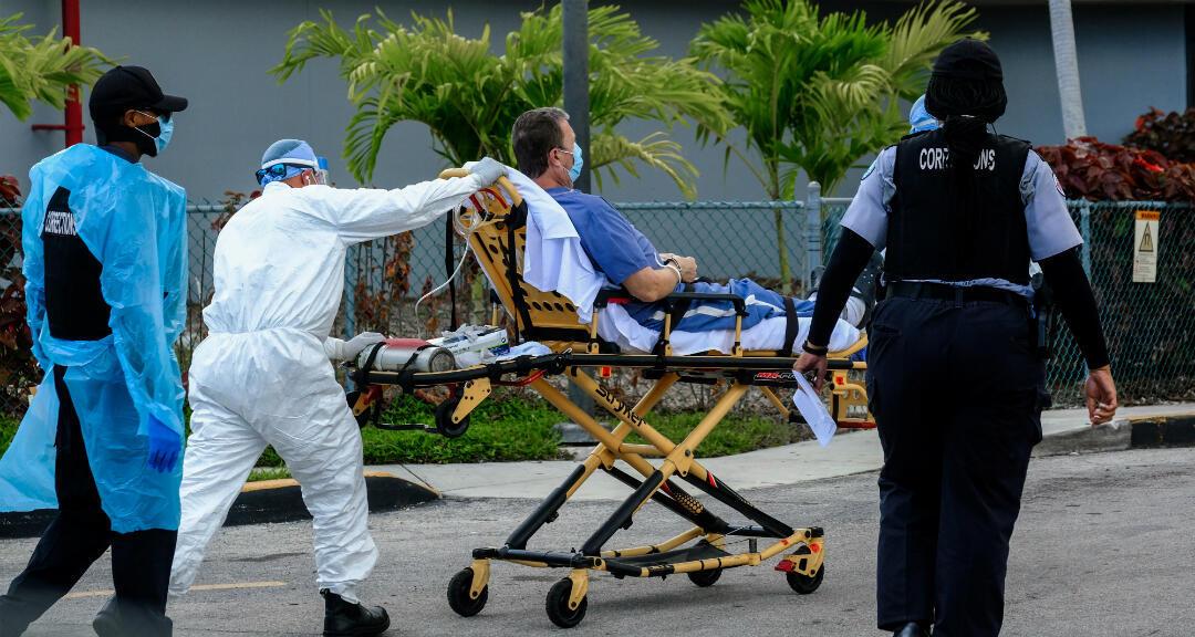Técnicos de emergencias médicas llegan con un paciente al North Shore Medical Center, donde se trata a los pacientes con coronavirus. Miami, Florida, EE. UU., el 14 de julio de 2020.
