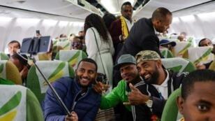Pasajeros posan en el avión de Ethiopian Airlines que voló de Adís Abeba a Asmara el 18 de julio de 2018, el primer vuelo comercial en 20 años entre los dos países
