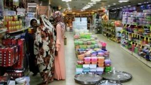 Des Soudanaises font les courses dans un centre commercial à Khartoum, le 17 juillet 2019