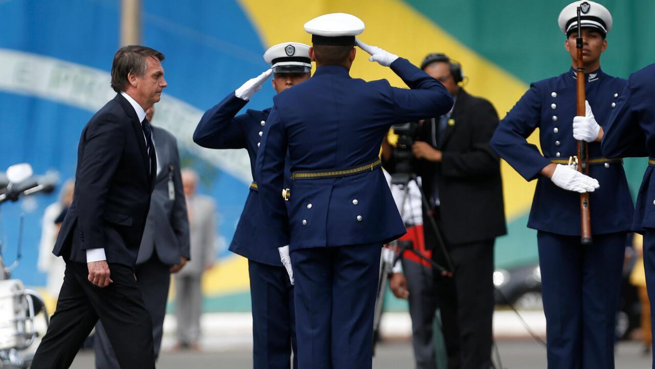 El presidente de Brasil, Jair Bolsonaro (izquierda) manifestó estar abierto a la instalación de una base militar estadounidense en territorio brasileño.