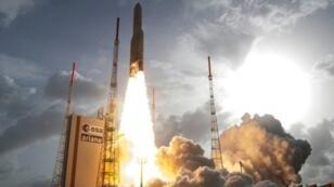 إطلاق صاروخ آريان-5 من قاعدة كورو في غويانا الفرنسية في 26 نيسان/أبريل 2015