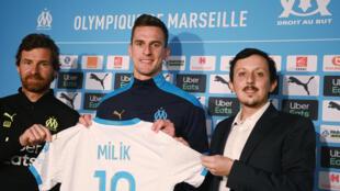 Le nouvel attaquant de l'OM, le Polonais Arkadiusz Milik, entouré de l'entraîneur portugais André Villas Boas et du vice-président Pablo Longoria, lors de sa présentation officielle, le 26 janvier 2021 à Marseille