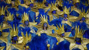 Miembros de la escuela de samba Aguia de Ouro actúan durante el carnaval de Sao Paulo, Brasil, en el Sambódromo de la ciudad, el 23 de febrero de 2020
