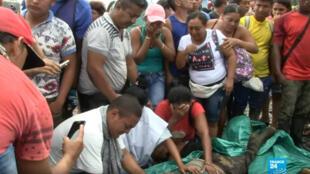 À Tumaco, dans le sud-est de la Colombie, des proches d'un cultivateur de coca découvrent son cadavre.
