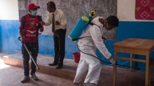 Des fonctionnaires du ministère de la Santé projettent des pesticides contre les porteurs de la peste dans une école d'Andraiso, dans la région de la capitale, le 2 octobre 2017.