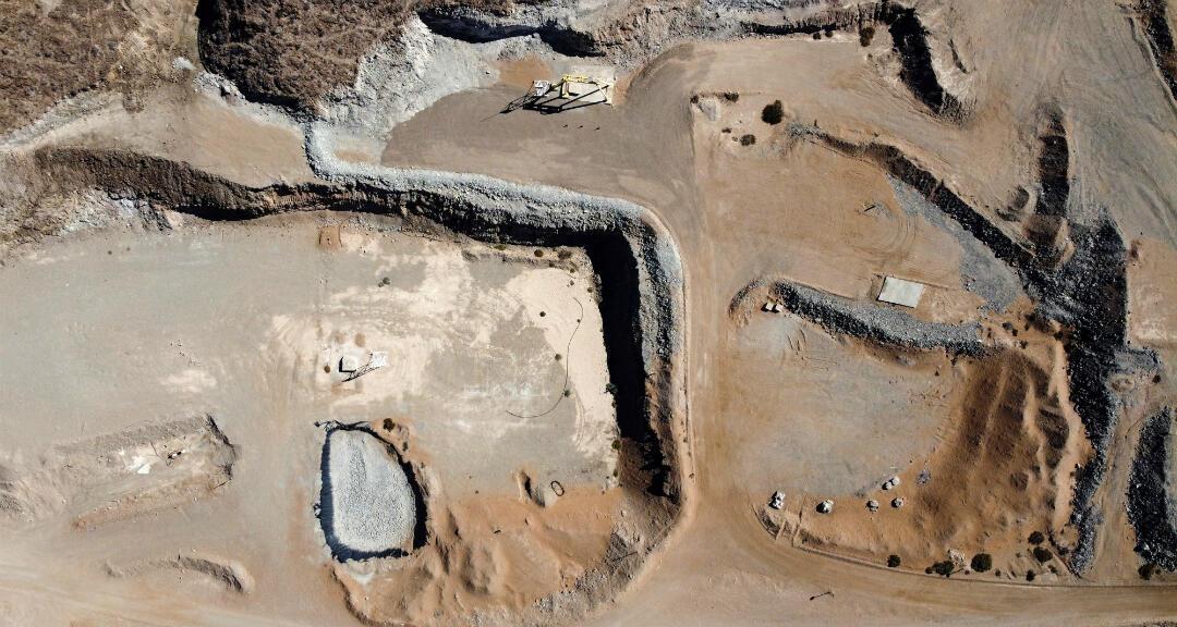 """El 5 de agosto de 2010, 33 mineros quedaron atrapados en el socavón de la mina San José, en Chile. """"Los 33 de Atacama"""" pasaron 69 días en las entrañas de la tierra. Ahora, diez años después, luchan contra el olvido."""
