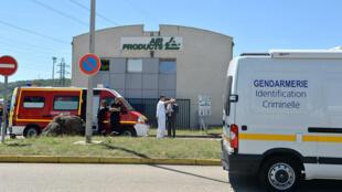 Des pompiers et des membres de la police travaillent sur le site de l'entreprise Air Products, à Saint-Quentin-Fallavier, où a eu lieu l'attentat.