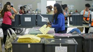 Les équipes de la Cour suprême électorale préparant les bureaux de vote en vue de la présidentielle du 16 juin.