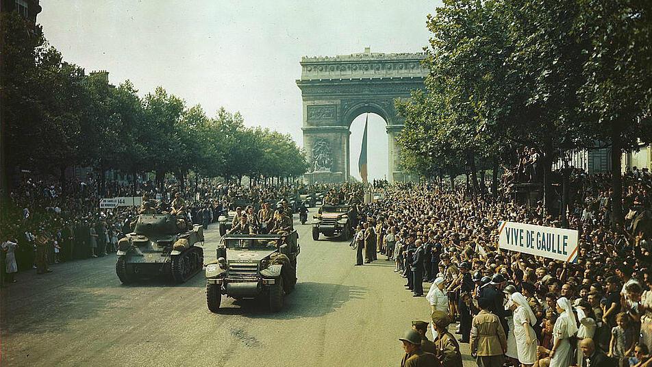 Desfile militar en los Campos Elíseos, un día después de la liberación de París, el 26 de agosto de 1944.