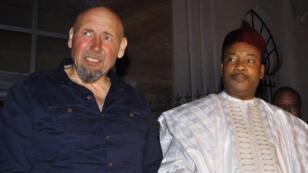 Serge Lazarevic et le président nigérien Mahamadou Issoufou, le 9 décembre à Niamey.