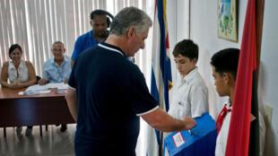El presidente de Cuba, Miguel Diaz-Canel, votando en el referendo de aprobación de la reforma a la Constitución. La Habana, Cuba, 24 de febrero de 2019.