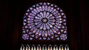 Imagen de archivo de la vidriera en la fachada norte de la catedral de Notre Dame