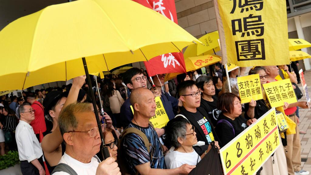 Los partidarios del movimiento de los Paraguas sostienen un sombrillas amarillas para apoyar a los activistas fuera de la corte, en Hong Kong, China, el 9 de abril de 2019.