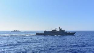 صورة لفرقاطة وباخرة عسكرية يونانيتين نشرتها وزارة الدفاع في 26 أغسطس/آب