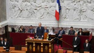 Les drapeaux français et européen, derrière le président de l'Assemblée nationale François de Rugy, le 27 juin 2017.