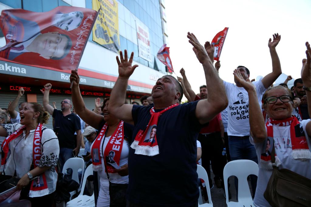 Seguidores de Ekrem Imamoglu celebran su victoria en Estambul.