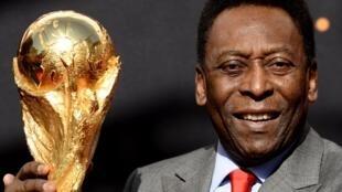 أسطورة كرة القدم البرازيلية بيليه فائز بكأس العالم ثلاث مرات