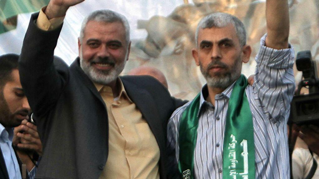 L'ancien chef du Hamas à Gaza Ismaël Haniyeh (G) et son successeur Yahya Sinouar (D), à Gaza en octobre 2011.