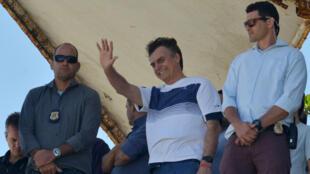 El presidente electo de Brasil, Jair Bolsonaro, saluda a sus seguidores en un evento en una playa de Río de Janeiro. 31 de octubre de 2018.