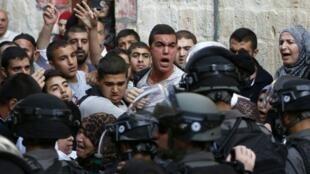 مواجهات بين فلسطينيين وقوات الأمن الإسرائيلية في محيط مجمع المسجد الأقصى في 13 أيلول/سبتمبر 2015