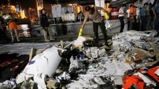 أحد رجال الأمن الإندونيسييين يتفقد حطام الطائرة المنكوبة في ميناء تانجونغ بريوك بجاكارتا - 29 تشرين الأول/أكتوبر 2018
